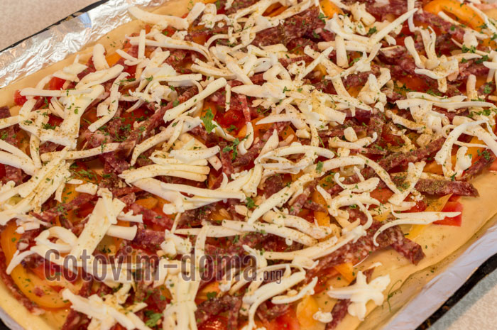 натираем плавленный сыр и посыпаем пиццу сверху