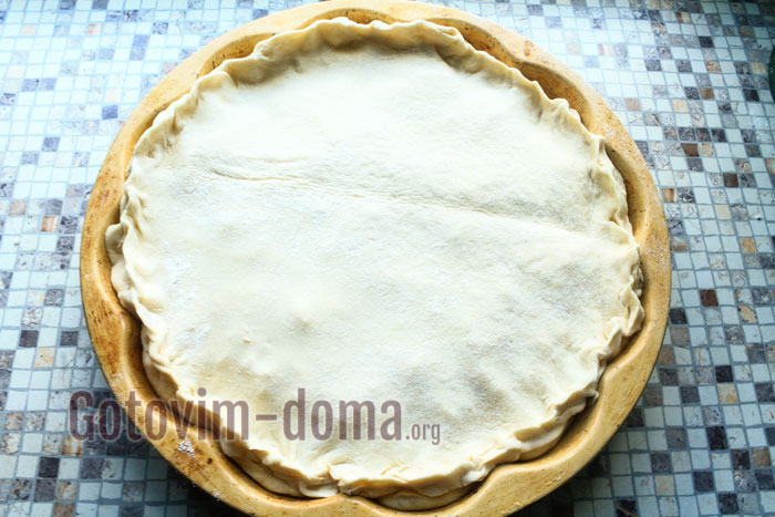 Накрываем пирог и скрепляем края