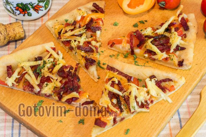 домашняя пицца с колбасой на бездрожжевом тесте