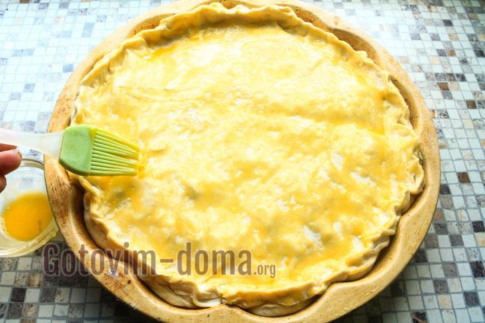 Верх пирога смазываем взбитым желтком