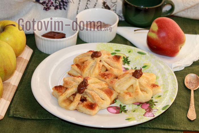 слойки с яблоком и корицей