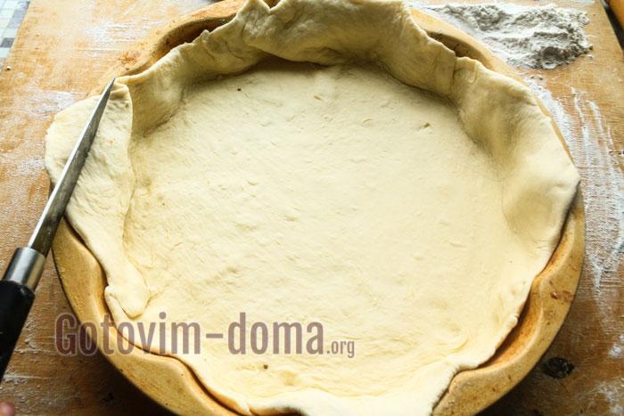 Форму смазываем маслом и выкладываем в неё тесто