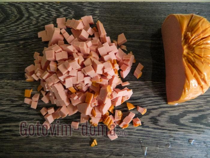 порезать вареную колбасу квадратиками