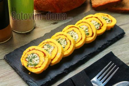 Готовим дома яичный рулет с сыром на сковороде