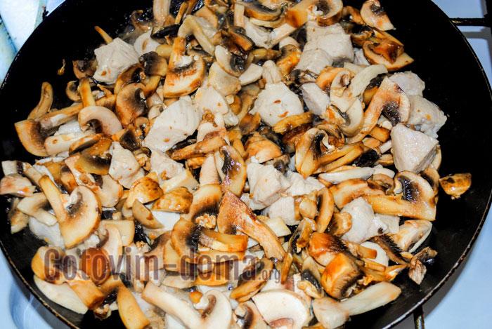 добавляем грибы к курице