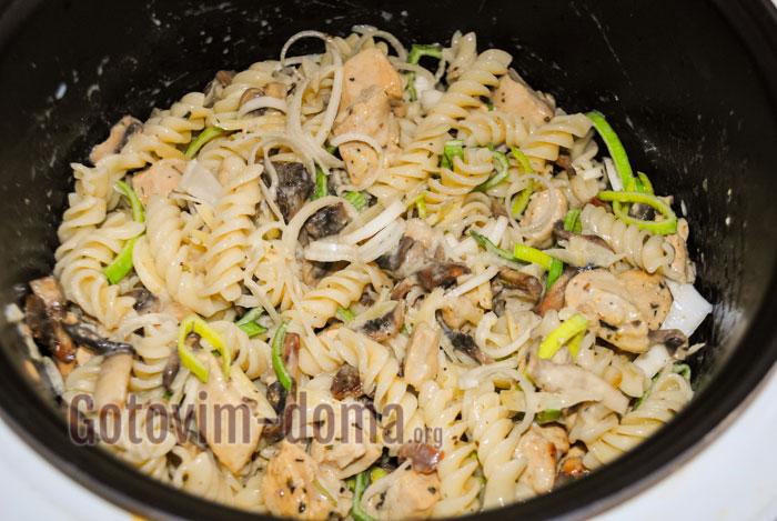 заливаем смесью макароны с курицей и грибами