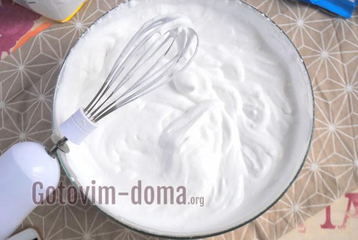 взбить сливки с сахарной пудрой
