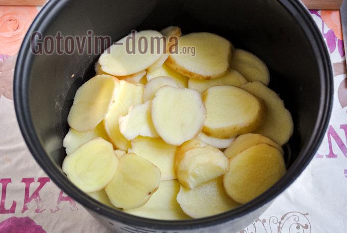 выкладываем картофель на мясо