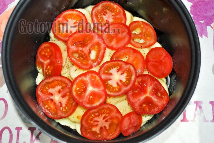 выкладываем помидор поверх карофеля