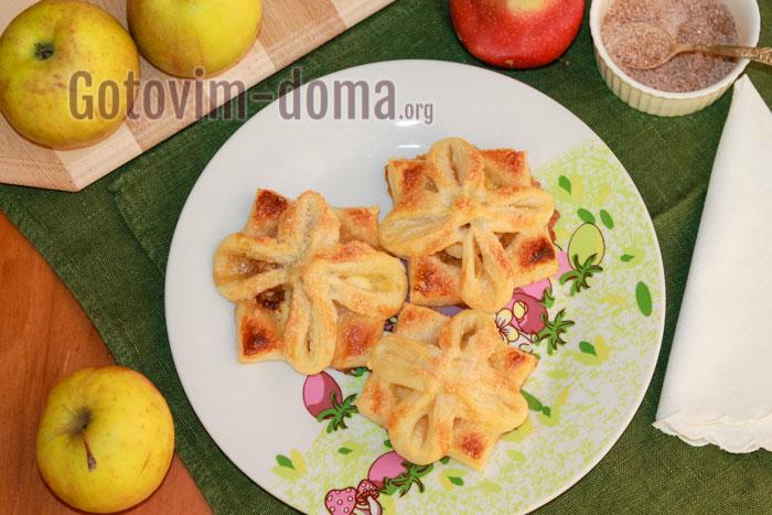 Готовые слойки с яблоками и корицей сразу же снимаем с противня