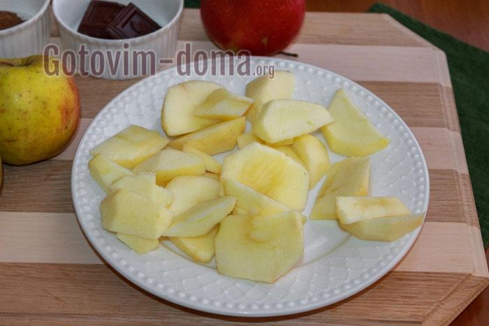 Яблоки моем, чистим, нарезаем дольками