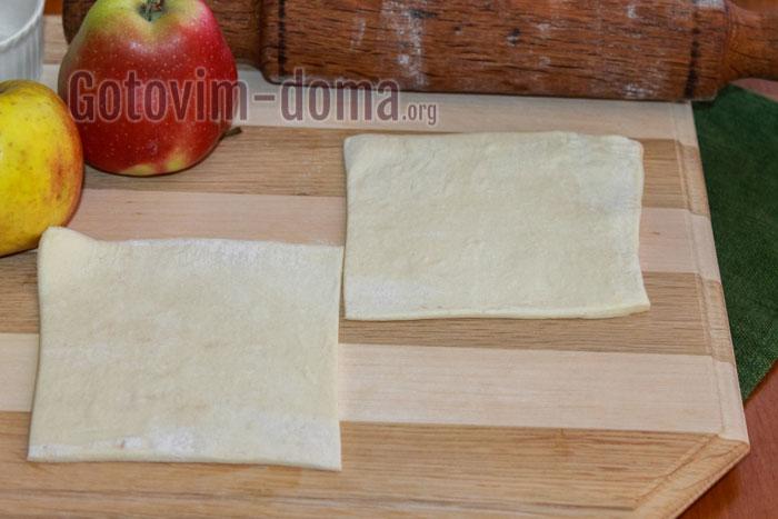 Размороженное тесто нарезаем на полоски