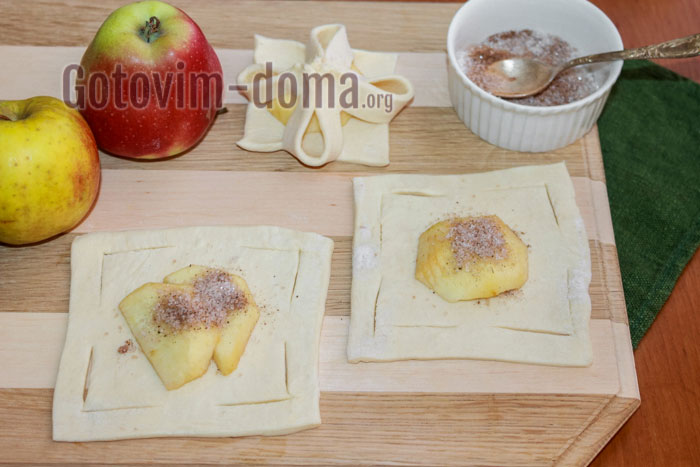Укладываем по 1-2 яблочных ломтика
