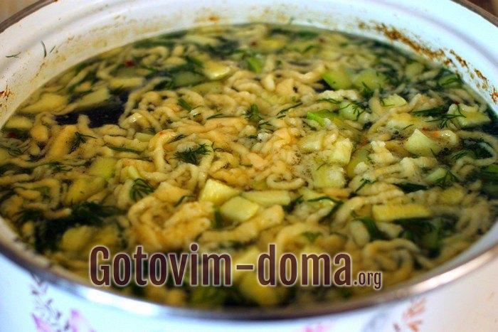 Жидкое тесто выдавливается в куриный суп