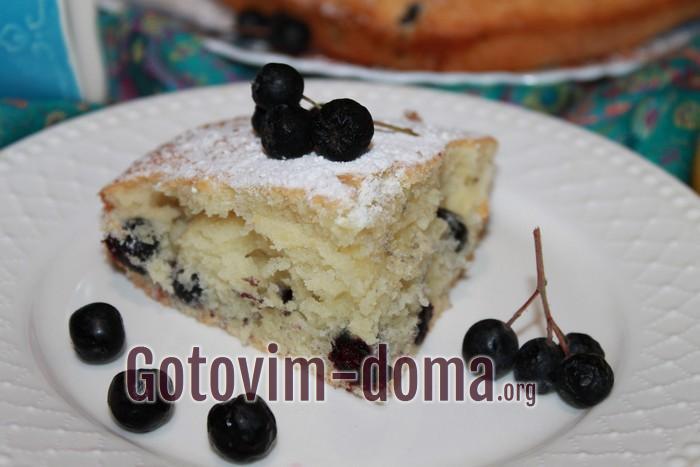 Кусок очень вкусного пирога с черноплодкой