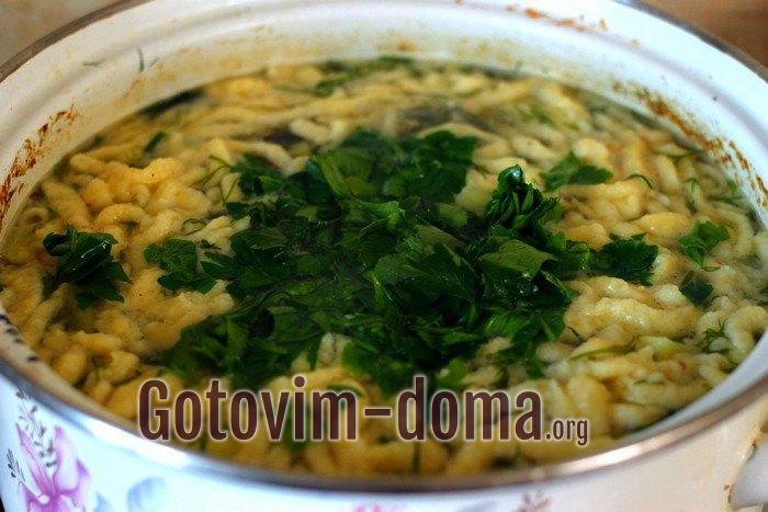 В куриный суп с кабачками и лапшой добавлены укроп и петрушка