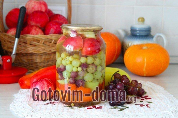 Маринованный виноград в банке на столе