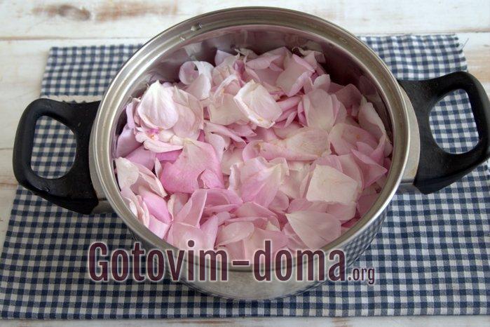Лепестки розы в сотейнике