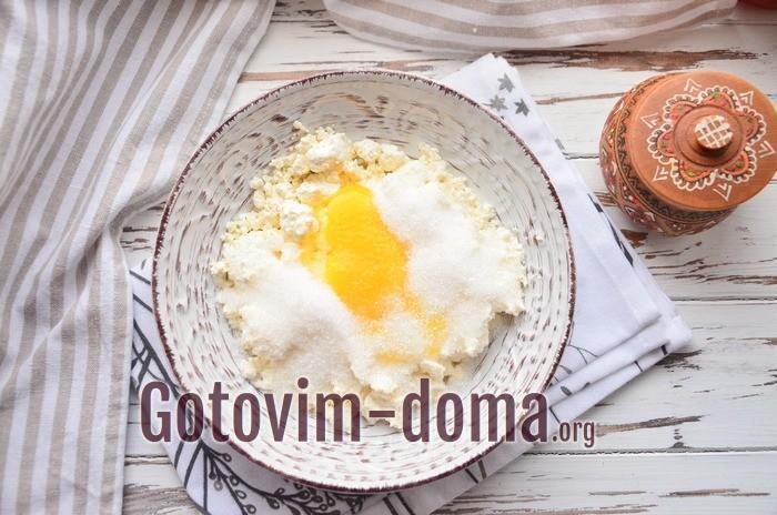 Творог с яйцом для вареников с персиками