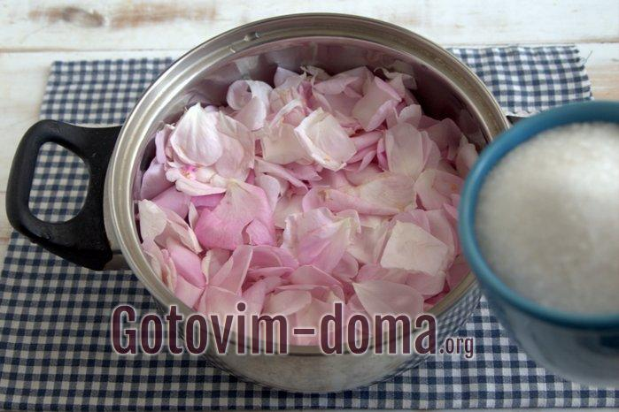 Посыпка сахаром лепестков розы в сотейнике