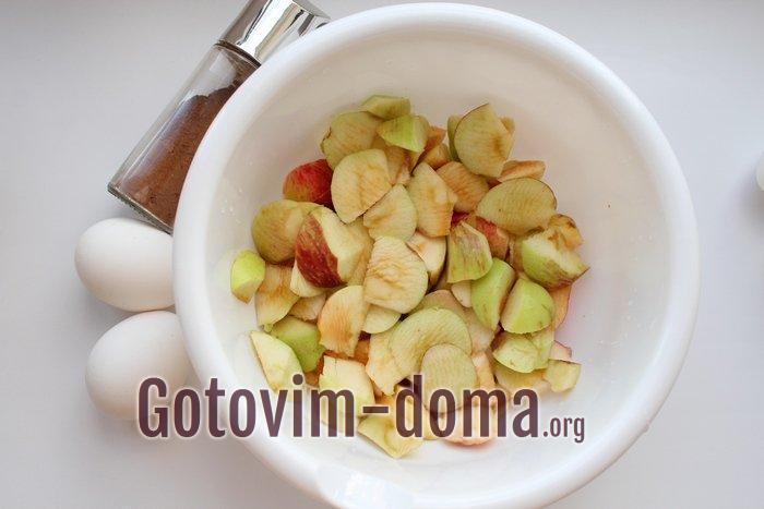 Нарезаны яблоки для шарлотки