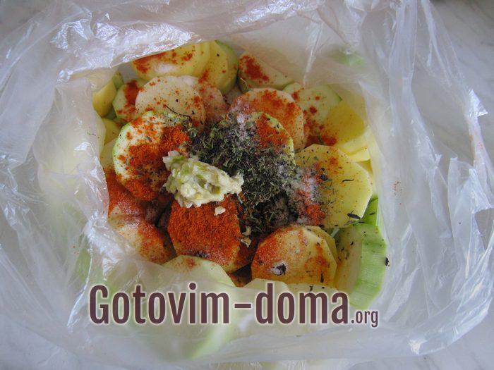 Нарезанные овощи в пакете для запекания