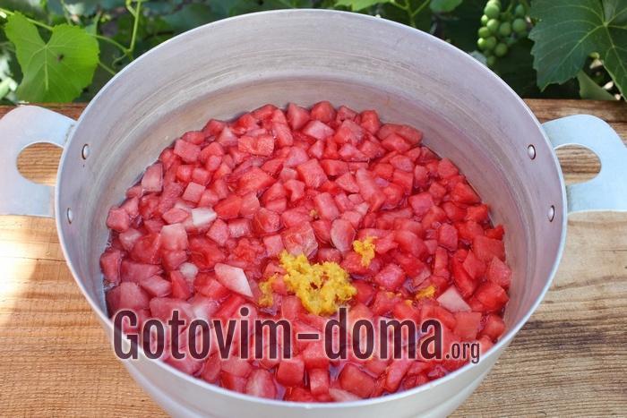 Цедру лимона и добавляем в кастрюлю с вареньем из арбуза