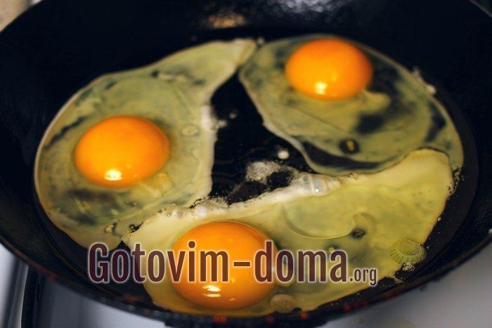 Три яйца на сковороде жарятся
