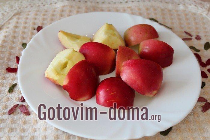 Мытые кислые яблоки для мариновки на зиму