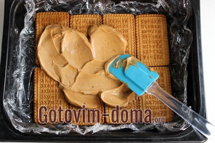 Печенье промазано кремом из сметаны и сгущенки