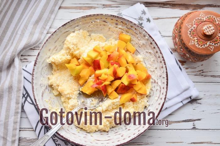 Персик добавлен в творожную массу для вареников