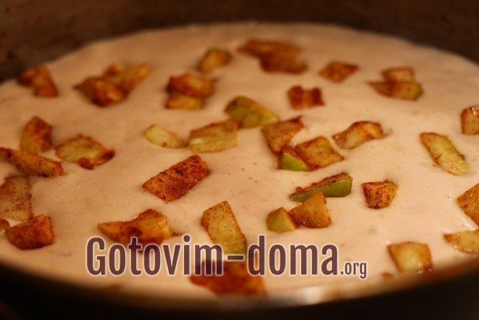 Яблоки с корицей и сахарной пудрой добавлены в малиновый пирог