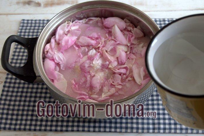Наливаем воду в варенье с лепестками чайной розы