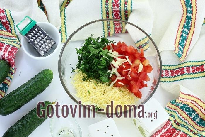 Сыр, помидоры и зелень со специями