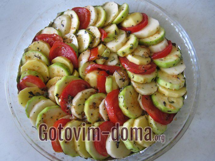 Кабачок, картошка и помидоры в форме для запекания