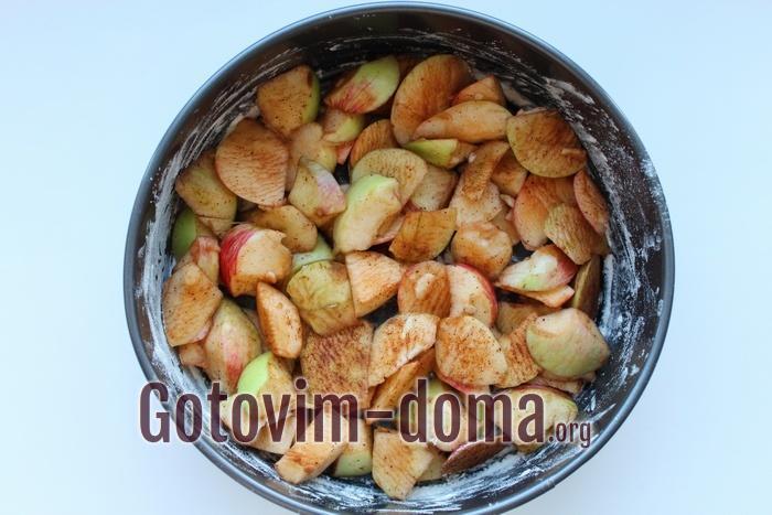 Яблоки с молотой корицей и выложены в форму ровным слоем