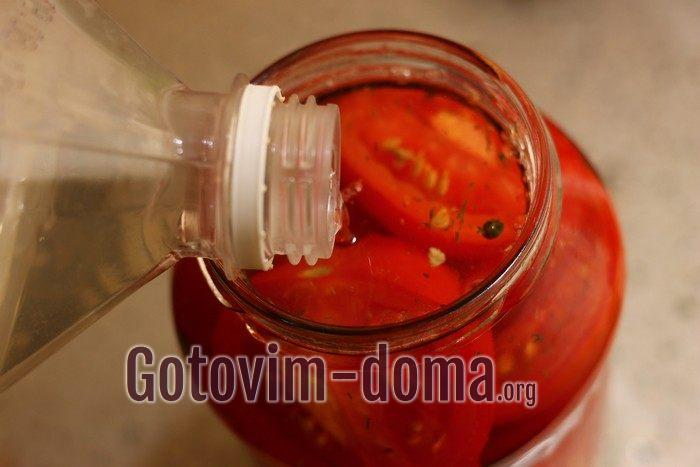 Кипятком залиты в банке помидоры с виноградом