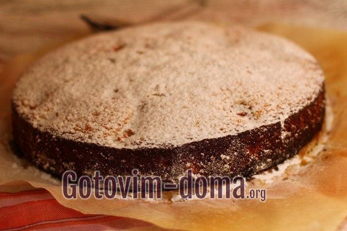 Малиновый пирог посыпан сахарной пудрой