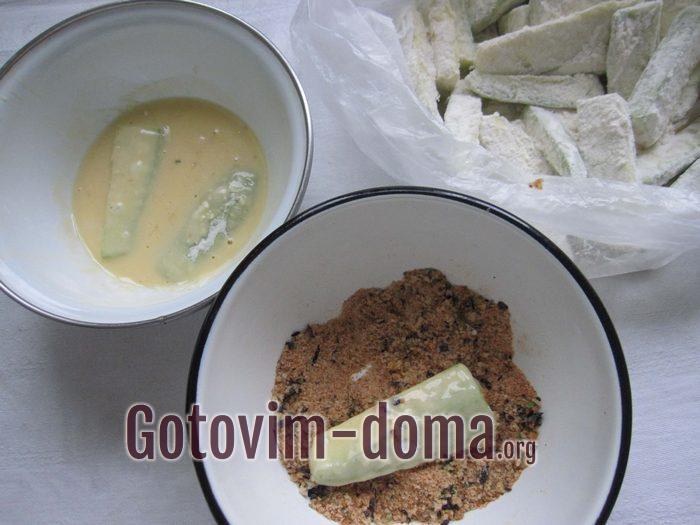 Обмакивание кабачков в яичную и сухую панировку