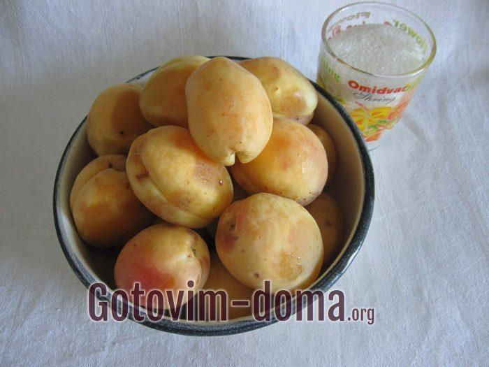 Спелые абрикосы и сахар