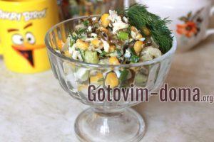 Салат из морской капусты с яйцом, огурцом, и кукурузой