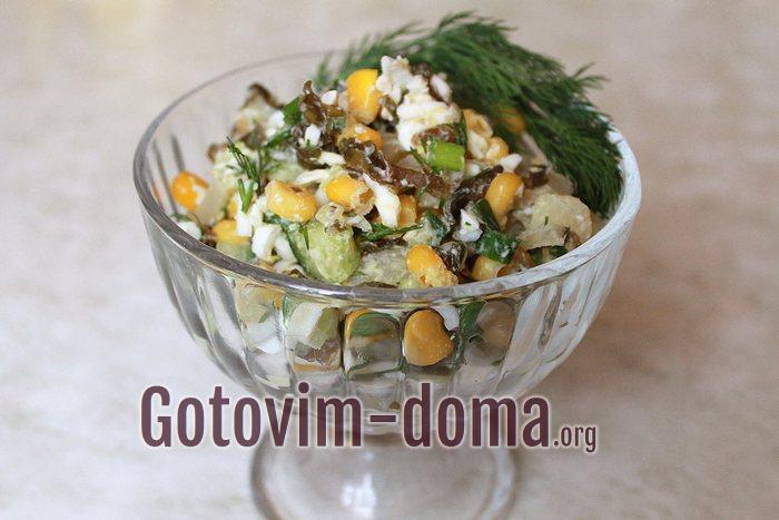Салат из консервированной морской капусты с яйцом, огурцом и кукурузой