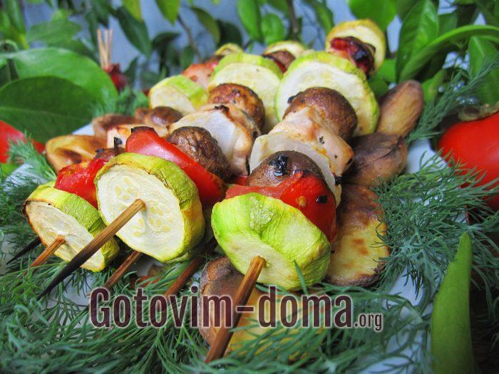 Куриный шашлык с грибами и овощами