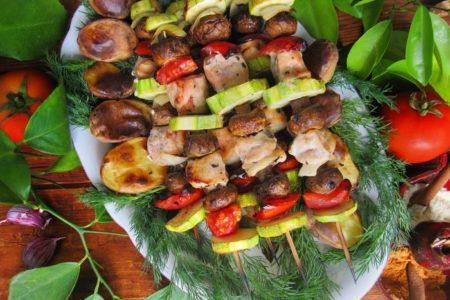 Вкусный шашлык из курицы, шампиньонов и овощей