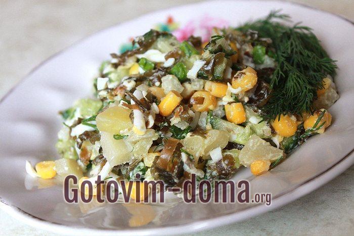 Салат из морской капусты с яйцом, огурцом и кукурузой в салатнике