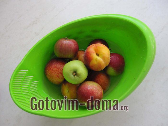 Мытые персики и яблоки для фруктового лаваша