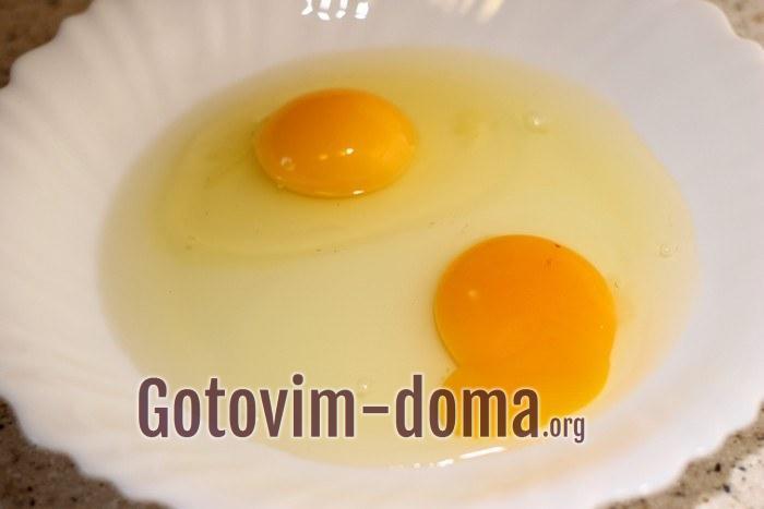 Куриные яйца для кляра в тарелке