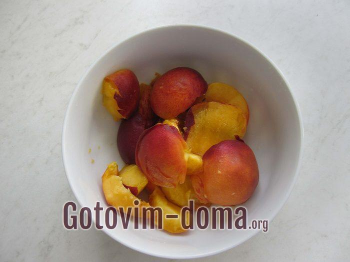 Персики без косточки кусочками в чашке