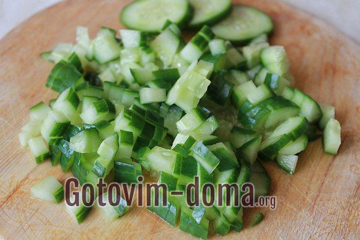 Свежий огурец мелкими кубиками для салата с капустой