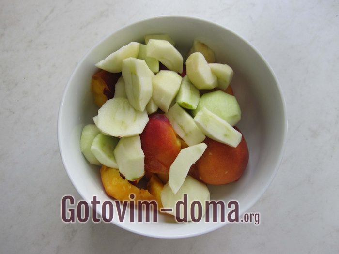 Яблоки дольками и персики в чашке